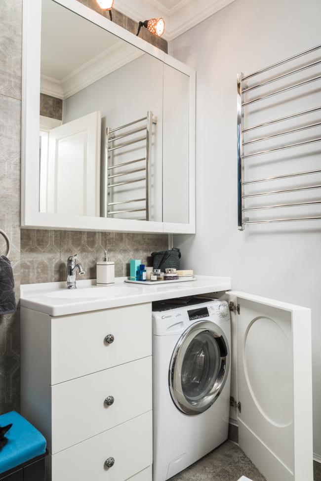 Lavabo avec une armoire dans laquelle une machine à laver peut être placée