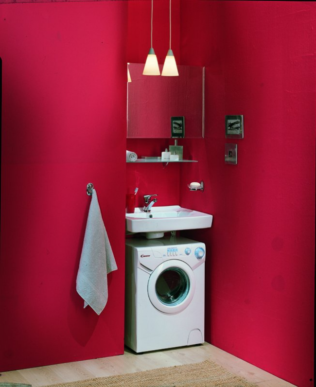Emplacement économique de la machine à laver avec un lavabo dans la niche de la salle de bain