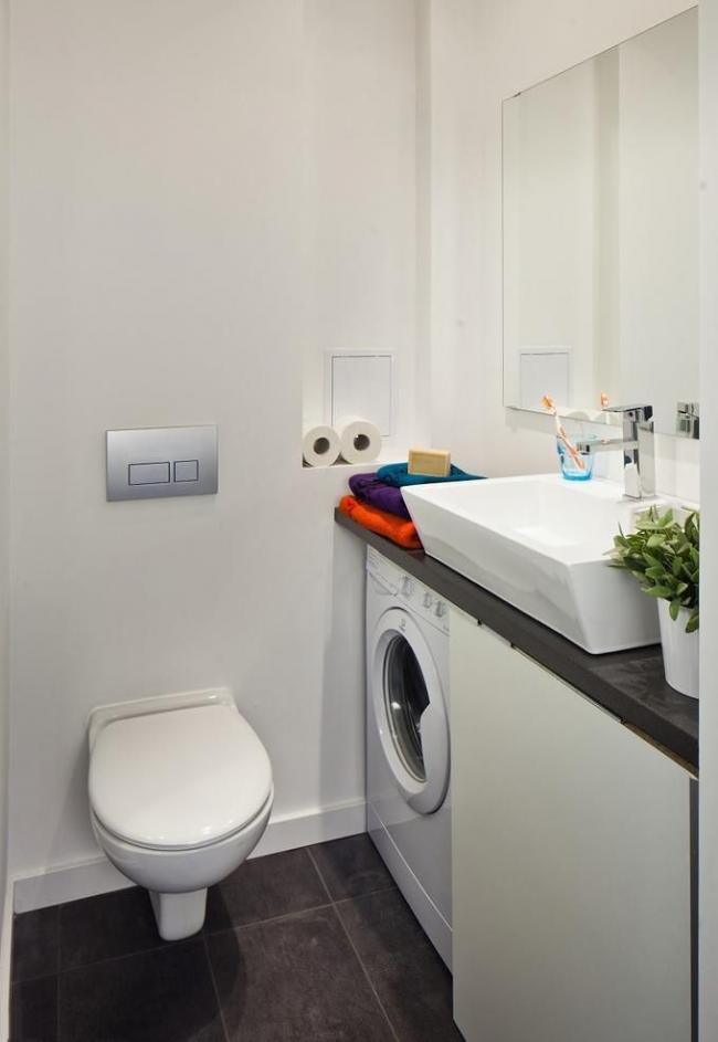 Pour les machines à laver étroites, vous pouvez choisir un évier plus large de 15 à 20 cm et installer un siphon et un drain contre le mur