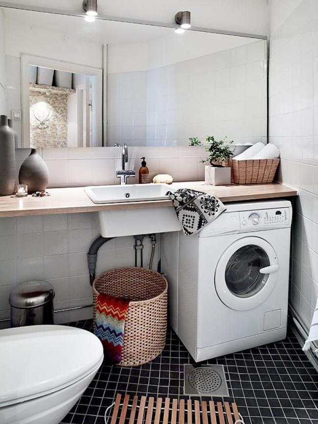 Pour une salle de bain spacieuse, un lavabo monté dans le comptoir, à côté de la machine à laver, convient.