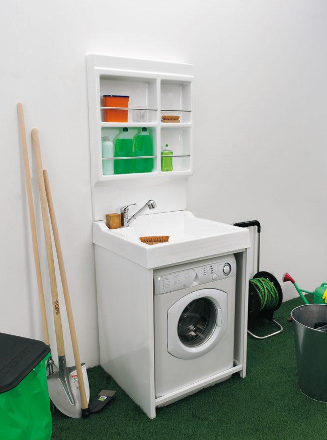 Un évier au-dessus de la machine à laver est une excellente option pour un petit gain d'espace