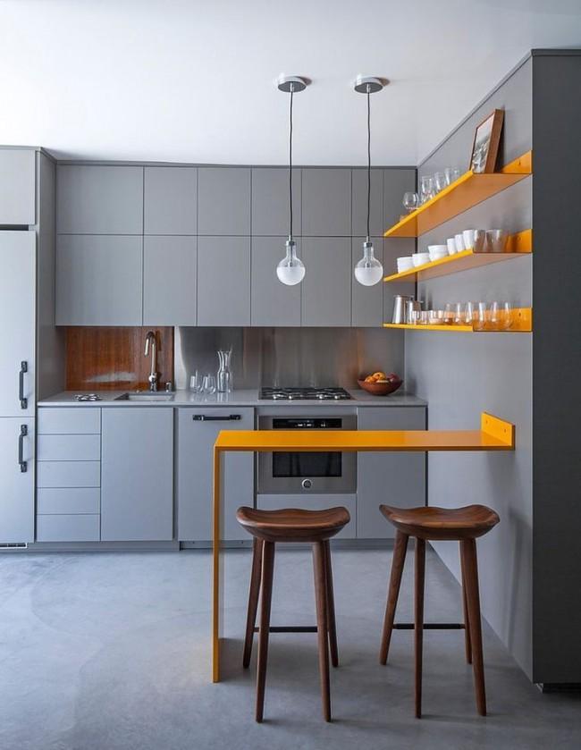 Les étagères orange et le comptoir de bar ont fière allure sur un fond gris