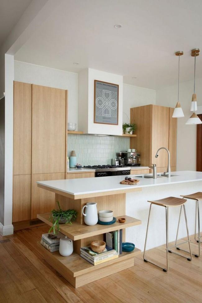 La cuisine aux couleurs claires semble visuellement plus spacieuse