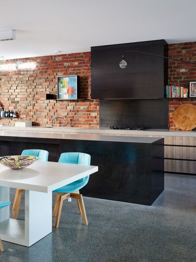Chaises lumineuses à l'intérieur d'une cuisine de style loft