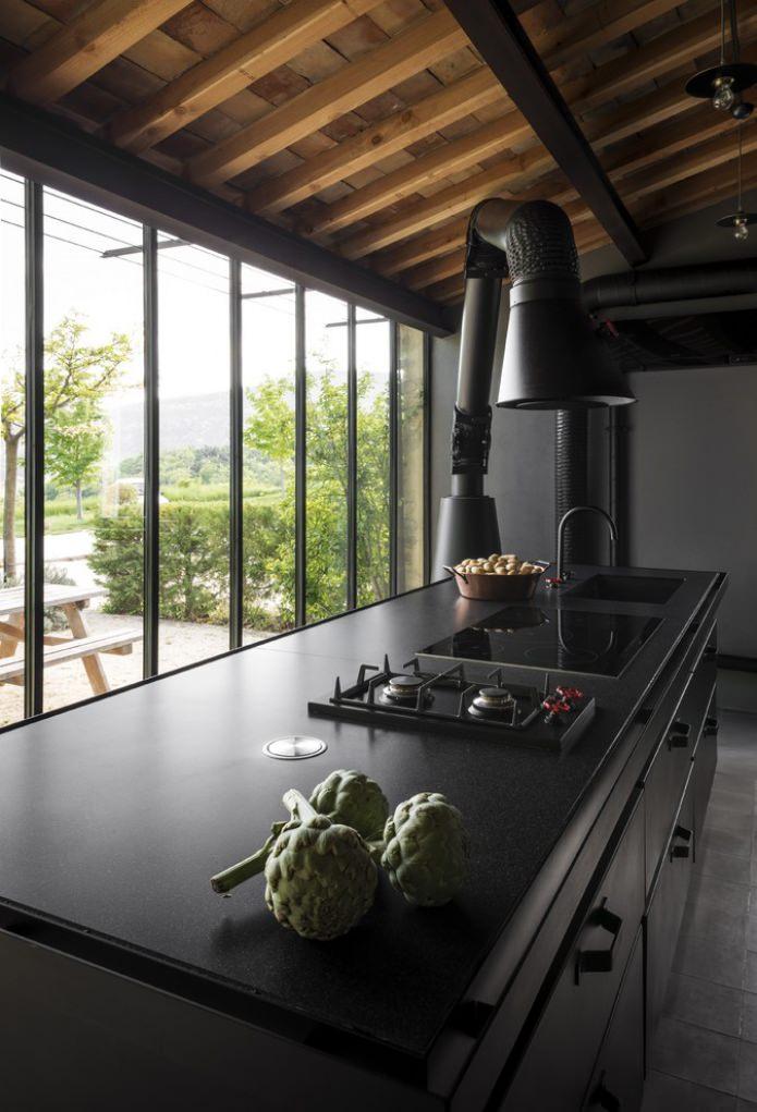 capot noir inhabituel dans le style loft