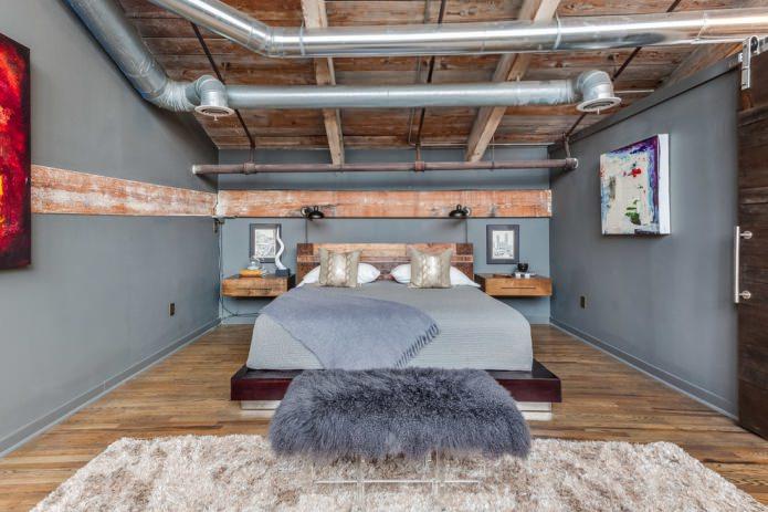 plafond avec tuyaux industriels et poutres en bois, planches brutes sur les murs