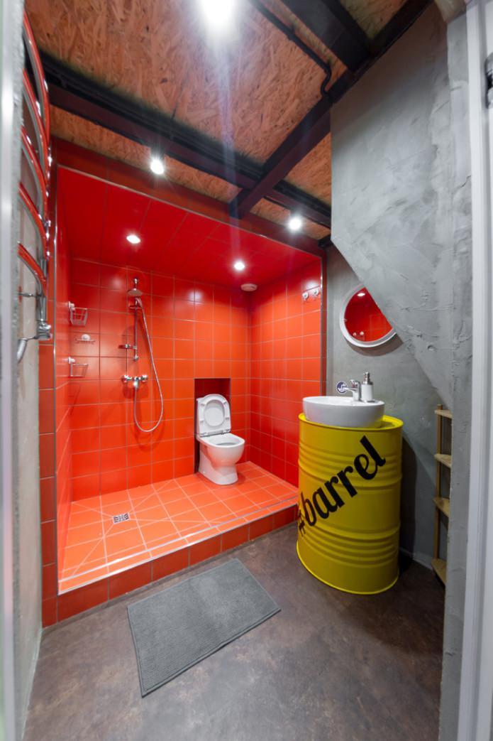 éclairage à l'intérieur de la salle de bain dans le style loft