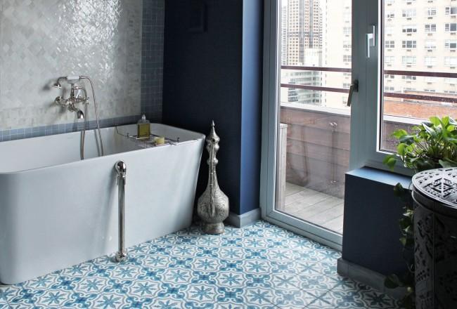 Grâce à ses propriétés, les carreaux de vinyle sont parfaits pour la salle de bain.