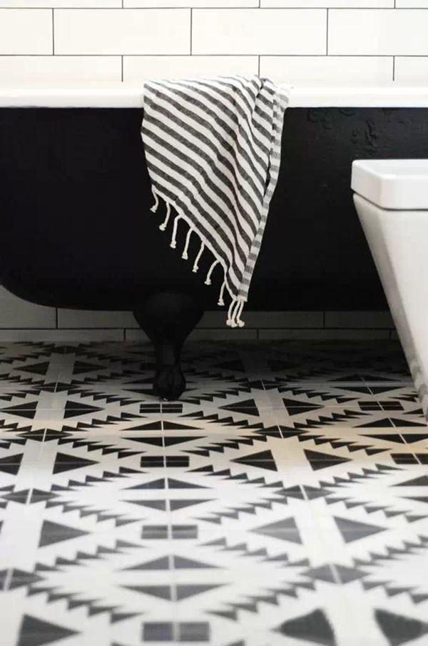 Salle de bain avec sol en vinyle de quartz élégant