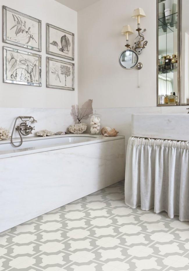 Salle de bain aux couleurs claires avec des carreaux de vinyle de quartz
