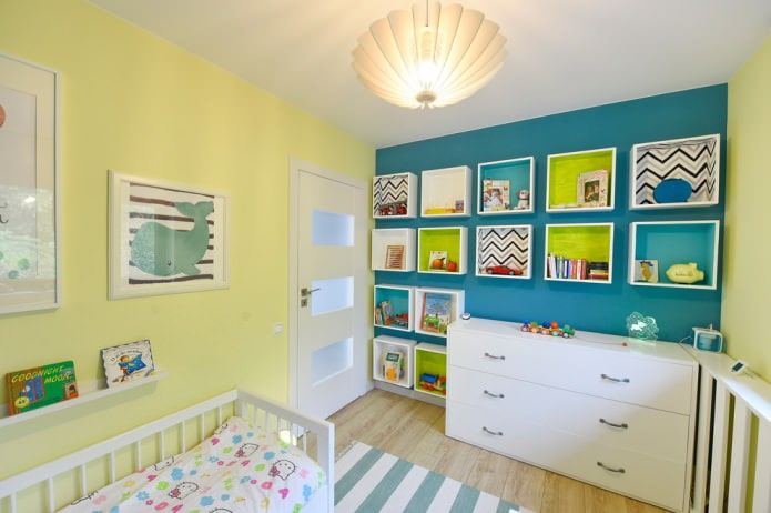 petites étagères murales originales dans la chambre d'enfant