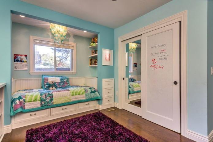 chambre d'enfants avec armoire à glace