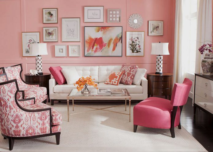 murs roses avec des peintures