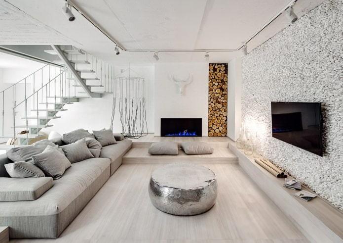 cheminée à l'intérieur du salon dans un style écologique