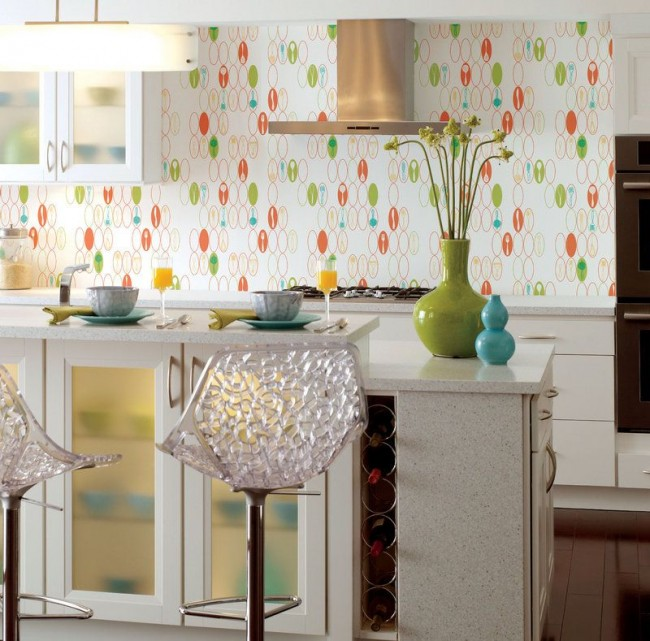 Si vous regardez de près le papier peint dans la cuisine, vous pouvez considérer les images de couverts qui sont pertinentes pour la cuisine.