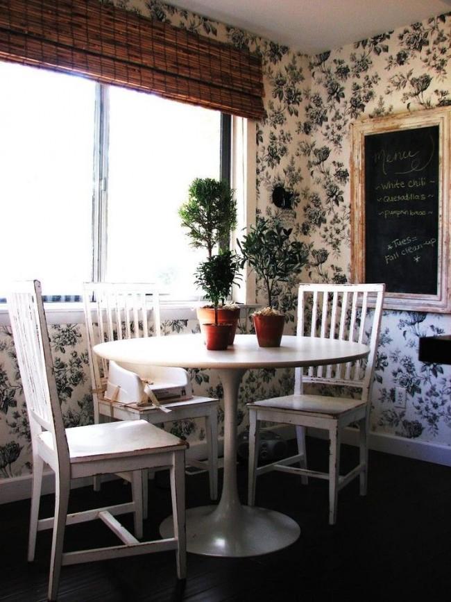 Un autre exemple de décor de cuisine romantique.  L'imprimé floral sur le papier peint est exactement ce qu'il vous faut