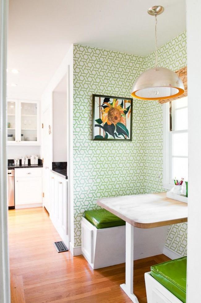 La combinaison du blanc et du vert avec la couleur du bois naturel à l'intérieur de la cuisine crée une impression d'éco-conception moderne