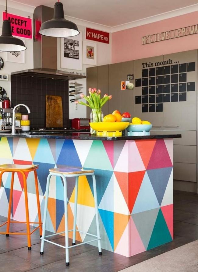 La combinaison de murs blancs et rose clair a également fière allure dans une cuisine high-tech avec un comptoir de bar lumineux