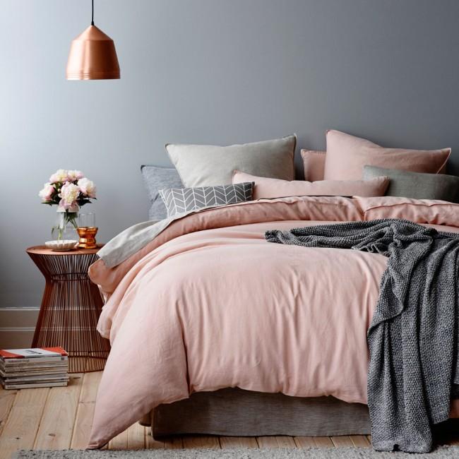Les couleurs pastel gris foncé et rose pâle se complètent parfaitement