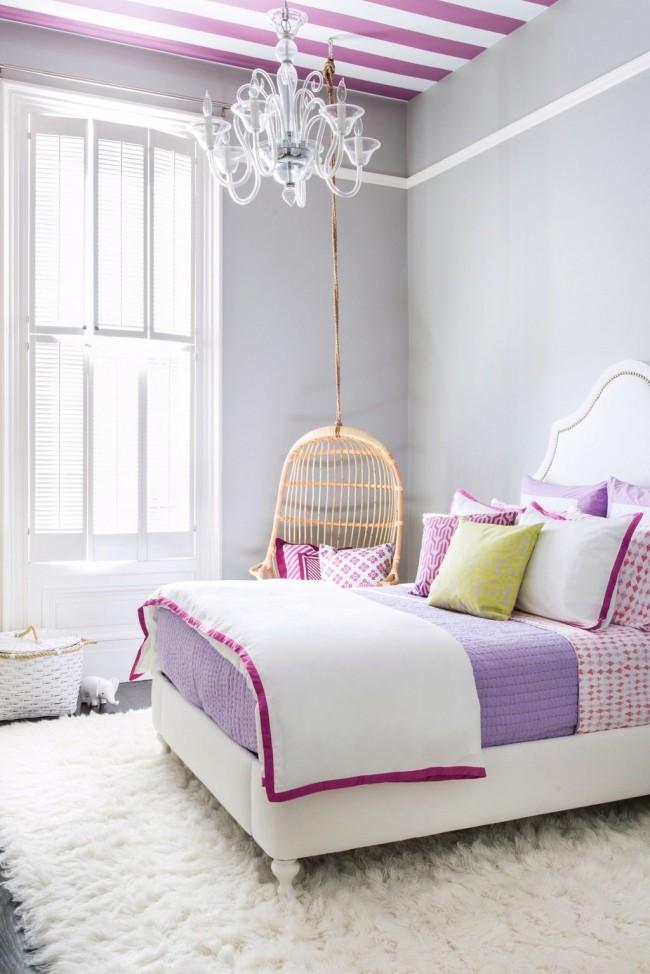 Le gris dans la chambre a l'air très intéressant en combinaison avec des accessoires blancs et cramoisis et le même plafond rayé