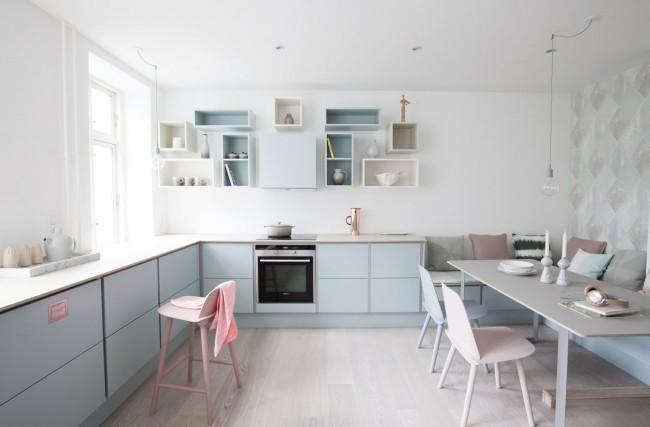 Cuisine blanche avec des meubles aux couleurs pastel