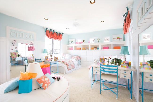 Chambre lumineuse dans des tons bleus avec des accents lumineux sous la forme de rideaux et d'autres attributs intérieurs