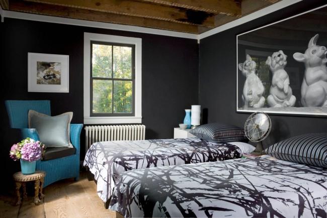 Taches noires sur fond blanc: une décoration de chambre adaptée à deux frères d'âge scolaire