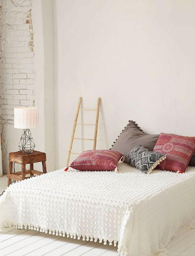 Couvre-lit blanc neige assorti à l'intérieur de la pièce