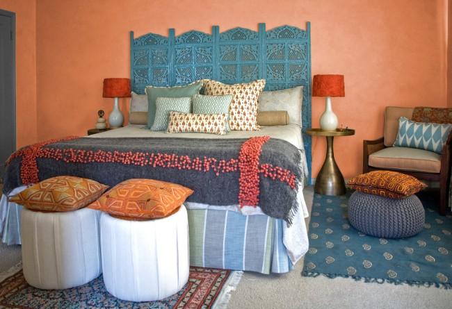 Chambre indienne élégante avec couvre-lit brodé en feutre