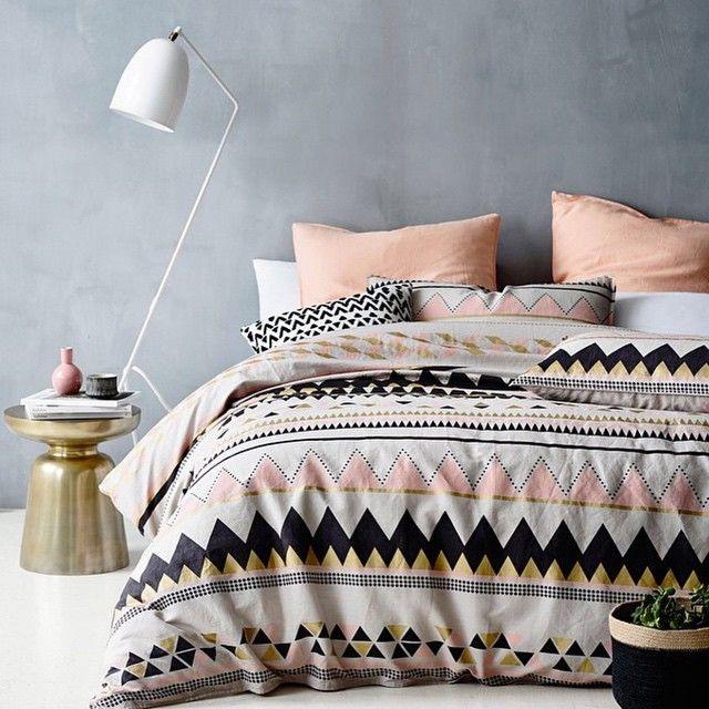 Le motif en zigzag se fond dans l'intérieur et la palette de couleurs de la pièce