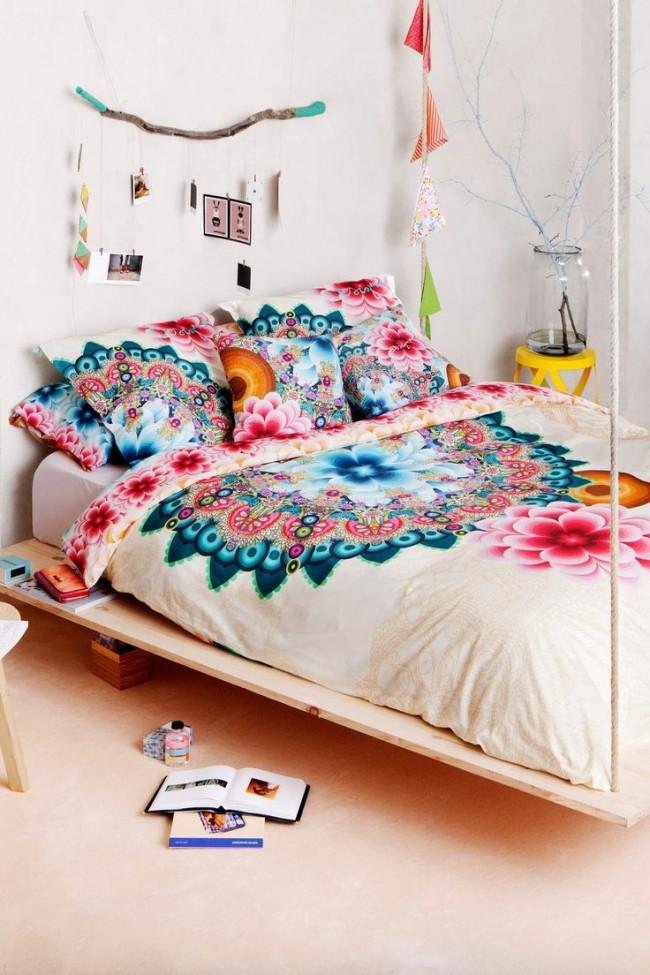 La pièce lumineuse est animée de couleurs vives sur le couvre-lit