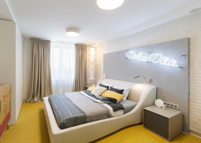 lit double à l'intérieur de la chambre
