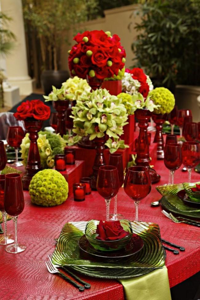 Réglage de la table à la maison.  La nappe, la vaisselle et les couverts peuvent eux-mêmes servir de décoration de table et les compositions florales peuvent les compléter.