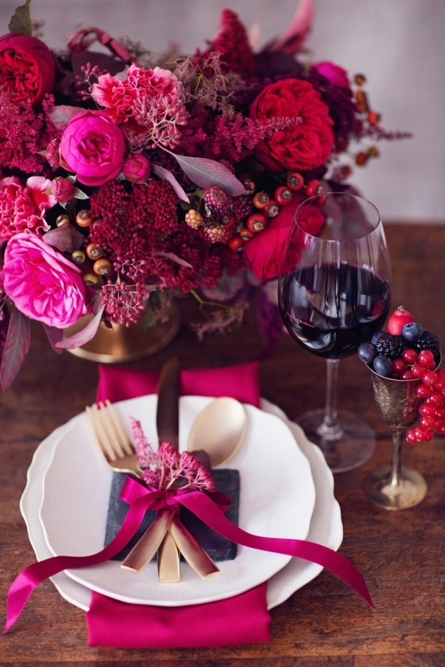 Réglage de la table à la maison.  La voltige est la capacité de combiner les règles immuables de l'étiquette avec les tendances actuelles de la mode.  Sur la photo: décoration de la table de fête dans des tons et des nuances autour de la couleur de l'année -