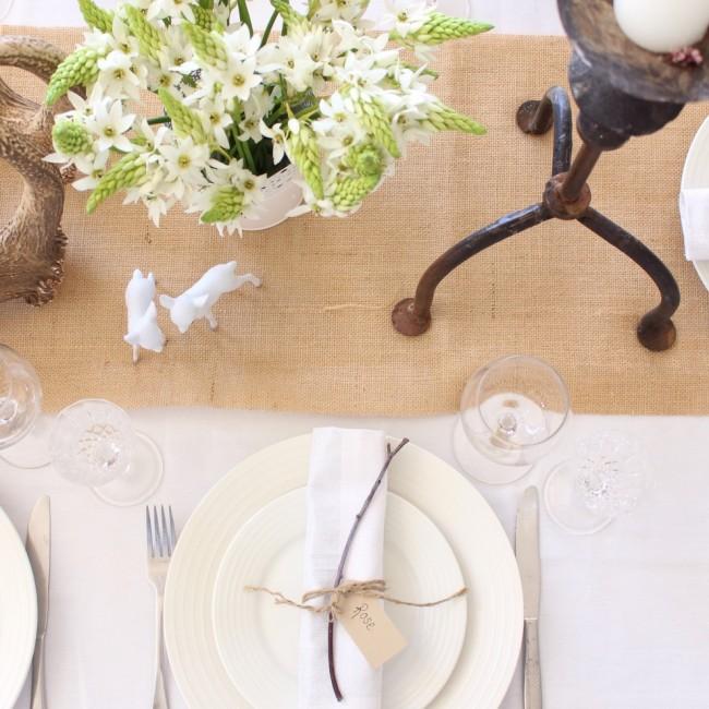 Réglage de la table à la maison.  Le décor de table est mieux combiné visuellement avec un chemin (une bande étroite de tissu le long de la table, au lieu d'une nappe traditionnelle)