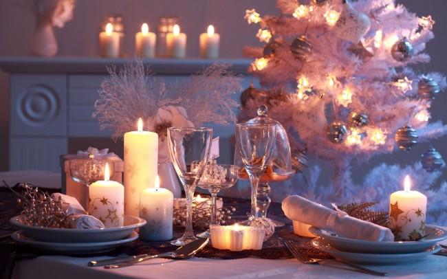 Réglage de la table à la maison.  Nouvel An, Noël - vacances pour lesquelles ils rassemblent des fêtes le soir.  Pour les décorer, vous pouvez utiliser un éclairage à diodes, à la fois sur la table et dans le reste de la pièce.