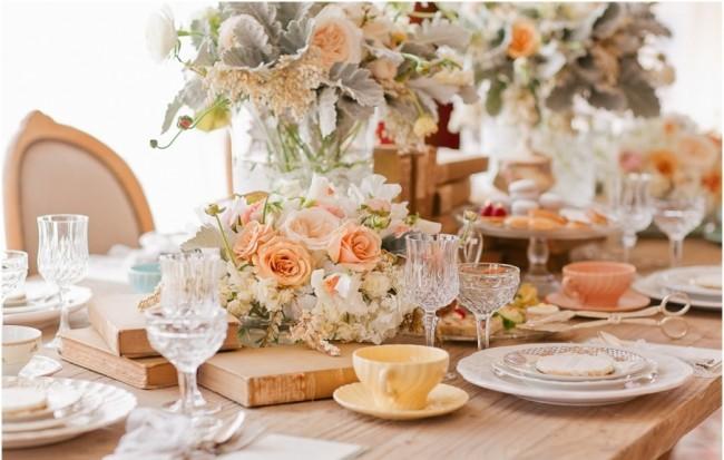 Réglage de la table à la maison.  La table du dîner est dressée dans l'esprit du luxe discret, une option infaillible - elle est décorée dans des couleurs pastel.