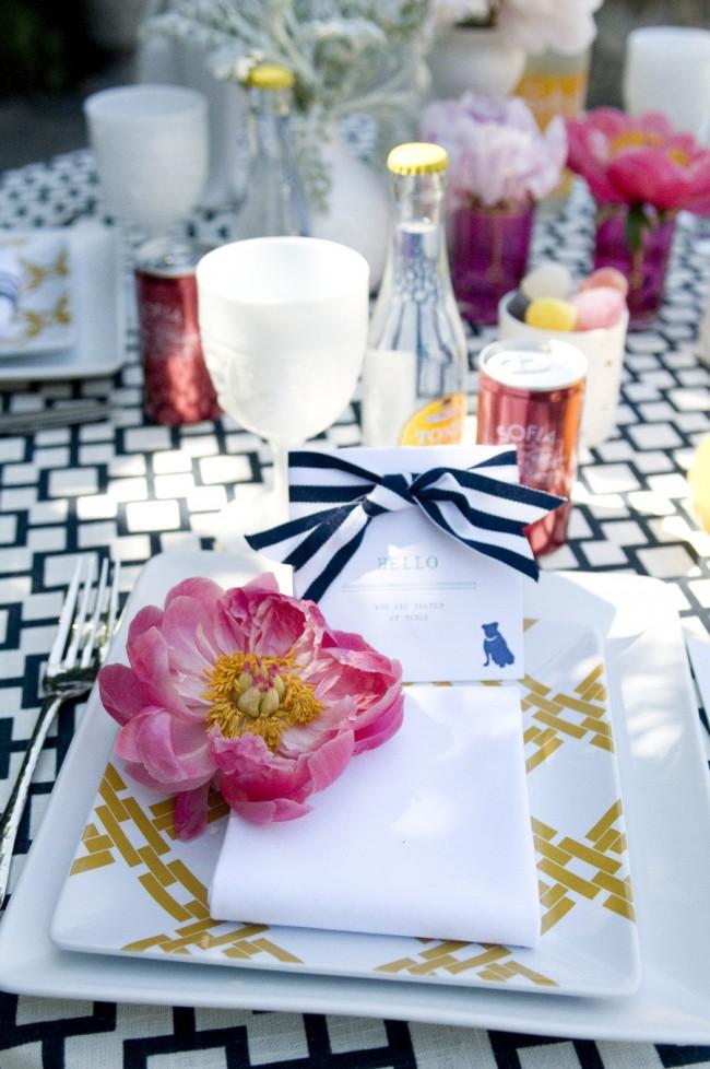 Réglage de la table à la maison.  Des fleurs fraîches uniques sont utilisées pour décorer la place de chaque invité.  Ils peuvent être attachés à des cartes de visite