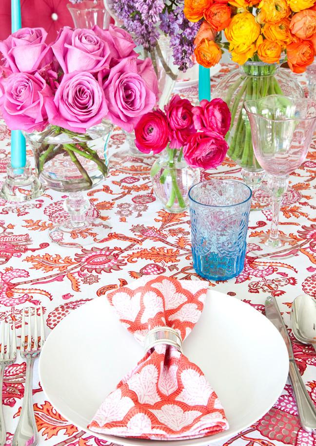 Réglage de la table à la maison.  Lorsqu'il n'y a pas d'exigences strictes pour la cérémonie et le code vestimentaire, les motifs colorés des textiles de table et les couleurs vives des bouquets peuvent devenir le thème central de la table de fête.