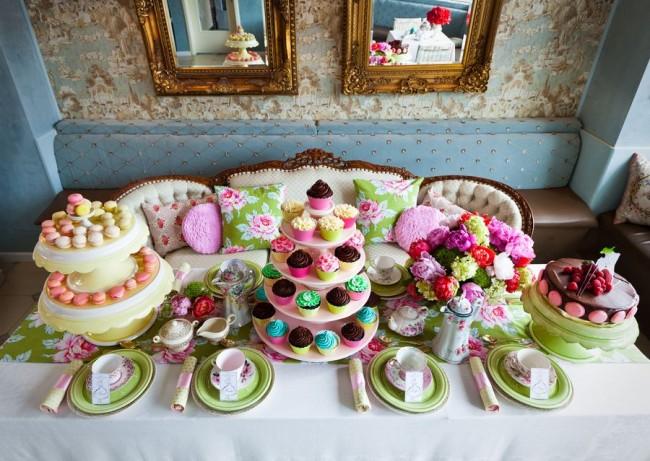 Réglage de la table à la maison.  Une excellente façon de passer des vacances pour un petit enfant plus âgé qui n'a pas besoin de fournir des conditions pour un passe-temps très mobile est de commencer par des rassemblements avec du thé et des gâteaux.