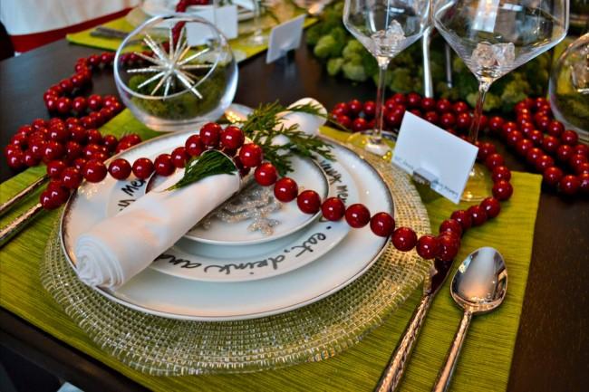 Réglage de la table à la maison.  La meilleure base pour décorer une table du Nouvel An et de Noël est une combinaison de couleurs rouges et blanches