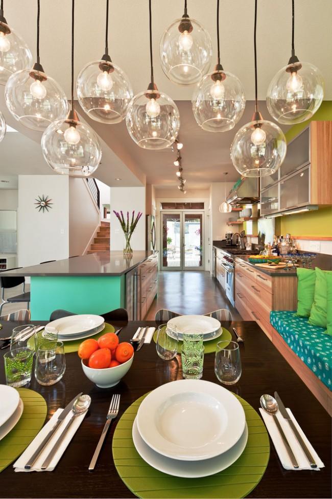Réglage de la table à la maison.  Déjeuner familial décontracté.  Les couleurs des textiles de table peuvent bien être choisies en harmonie avec les couleurs du design de la salle à manger.