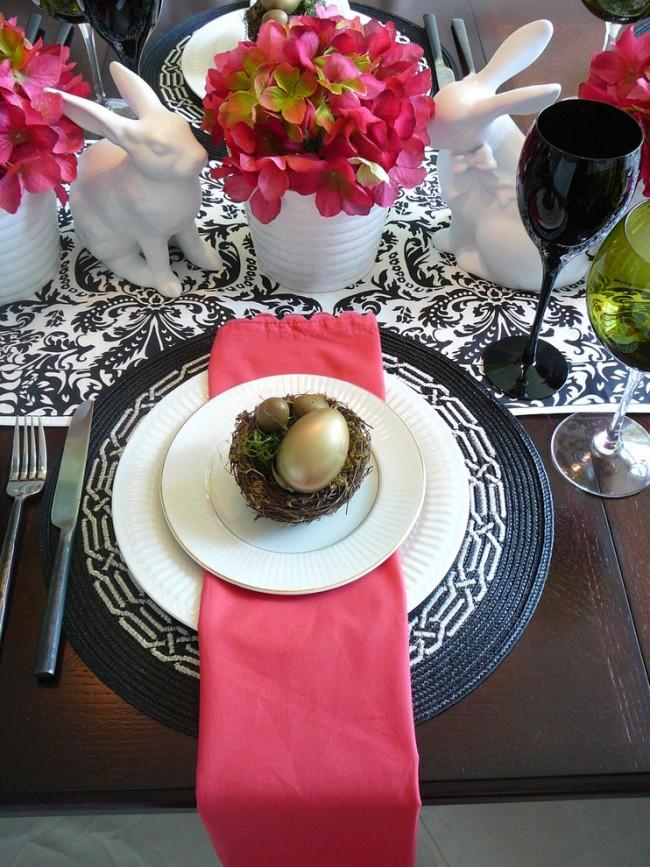 Réglage de la table à la maison.  Le décor de Pâques de la table de fête est à la fois des figurines prêtes à l'emploi et des décorations faites maison