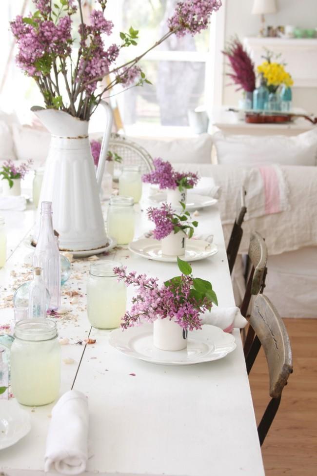 Réglage de la table à la maison.  Décoration printanière de la table pour le thé, dans un esprit décontracté et des couleurs claires