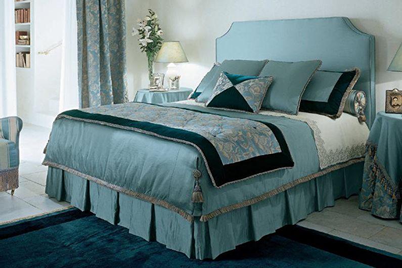 Couvre-lit sur un lit avec une cantonnière