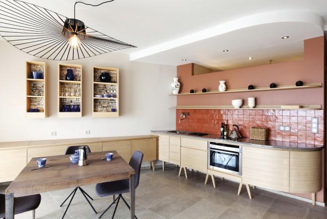 Carreaux de terre cuite à l'intérieur de la cuisine aux couleurs pastel