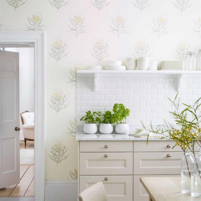 murs clairs dans la cuisine