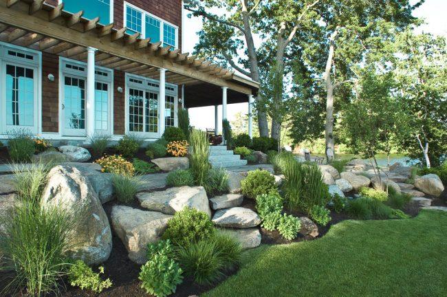 Une composition de pierres située à partir de la façade principale de la maison, un complément parfait à l'image de votre maison