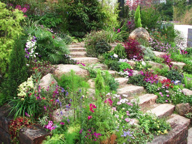 Le paysage naturel a permis avec peu d'effort de créer un toboggan en pierre fleuri