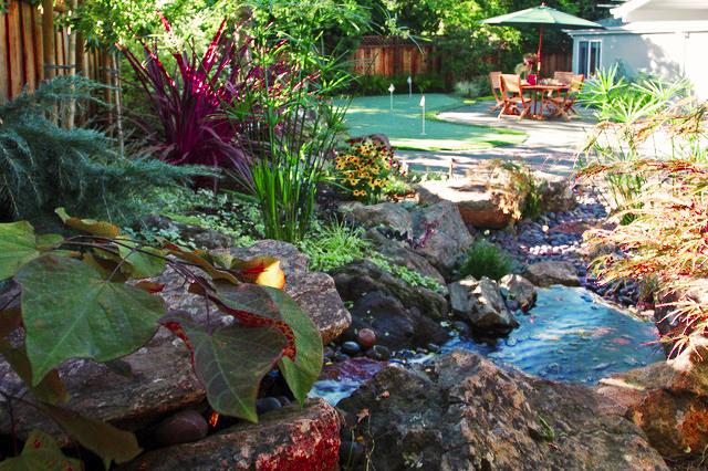 Le chemin du jardin de rocaille mène directement à la zone de loisirs
